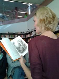 Karine Jekel leest voor uit haar kinderboek Rover en Broertje