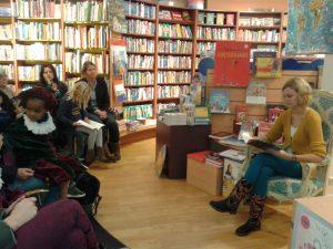Karine Jekel leest voor uit Rover en Broertje
